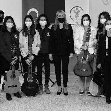 CHP'li belediye öğrencilere enstrüman hediye etti