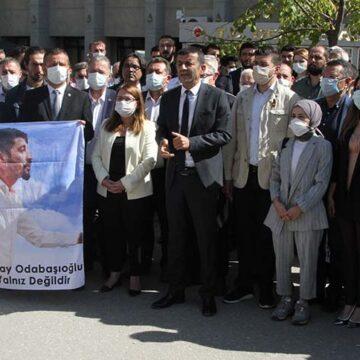 Denizli'de CHP'liler adliye önünde toplandı, gözaltındaki Odabaşıoğlu'na destek verdi
